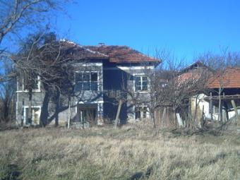 Big two storey house+a big plot Vratsa County