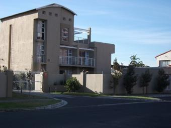 IMMACULATE APARTMENT Parklands, Tableview